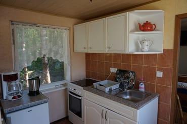 Die Küche mit Herd und Kühlschrank.