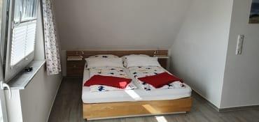 Der Schlafbereich mit Doppelbett 1,60m breit  und Fliegengitter