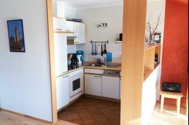 komplett eingerichtete Küchenzeile, vom Wohnraum abgeteilt