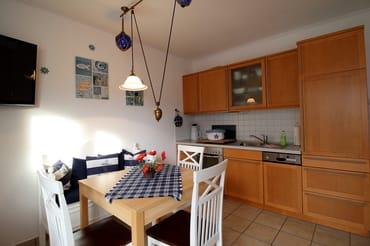 Die Küchenzeile ist in den Wohnraum integriert