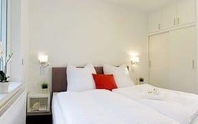 In einem der Schlafräume befindet sich ein Flat-TV, so dass die Lieblingsserie auch im himmlischen Bettchen zu zweit verfolgt werden kann.