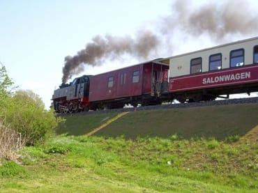 """Volle Fahrt mit der Schmalspurbahn """"Molli"""" von Bad Doberan nach Kühlungsborn und zurück"""