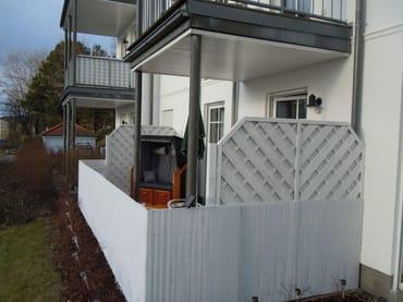 Die große Terrasse ist mit Sitzmöbeln und einem Strandkorb ausgestattet. Grillmöglichkeit ist auch vorhanden.
