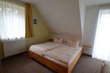 Fewo 1 / SZ ein gr Doppelbett und 1 Einzellbett, Kinderbett nach Absprache möglich ist vorhanden und auch Kinderhochstuhl
