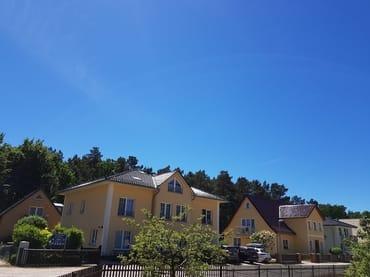 Der Lange Feinsandigestrand ist nur 500m entfernt, Bäcker, Suppermarkt usw 5 Minuten , Ansicht unsere Ferienhäuser Igelbau 14 und 12 !!!