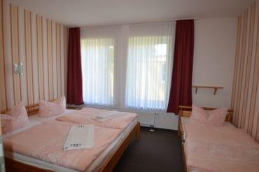 SZ Wohnung Nr 2 ein gr Doppelbett 1 Einzellbett , Kinderbett nach Absprache möglich , Kinderstuhl vorhanden