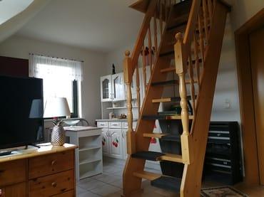 Die Treppe mit Wechselstufen ins obere Geschoss.