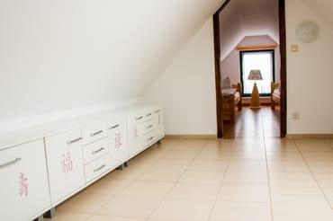 Hier ist das Ankleidezimmer vor dem Schlafzimmer mit Schränken zum Verstauen der Sachen.