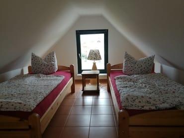 Das Schlafzimmer über die Treppe zu erreichen mit zwei Einzelbetten