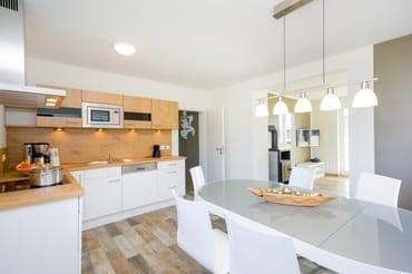 Küche mit Blick Richtung Flur und Wohnbereich
