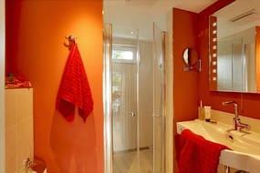 ... sowie ein Badezimmer mit Dusche runden die Erholungszeit im Erdgeschoss hervorragend ab.