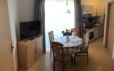Wohnzimmer mit Eßtisch und Küchenzeile