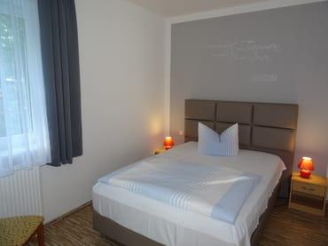 2. Schlafzimmer Boxspringbett 1,40 x 2,00m, Verdunklungsgardine