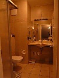 Das Bad mit Regendusche, Föhn u. Kosmetikspiegel