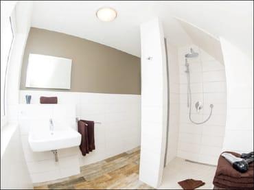 zweites Badezimmer mit ebenerdiger Dusche