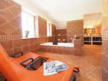 Bad im Dusche, Badewanne & Sauna im Obergeschoß