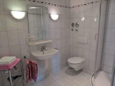 großzügiges Bad mit Dusche