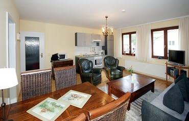 die Küchenzeile ist im Wohnzimmer integriert