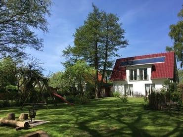 Blick aus dem Garten zum Haus
