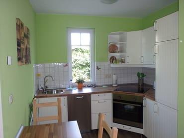 Küche mit Geschirrspüler, Kühlschrank, Herd, Backofen, Toaster, Kaffeemaschine
