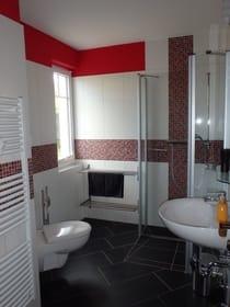 geräumiges Dusch-Bad