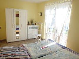 Schlafzimmer mit Zugang zur Terrasse