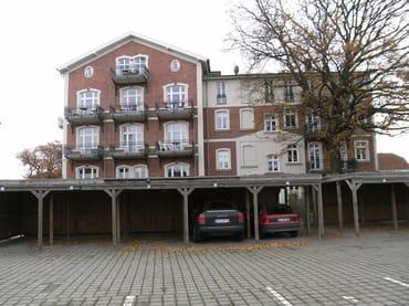 Ihr reservierter Carport (Nr. 11) mit direktem Zugang zum Haus von hinten