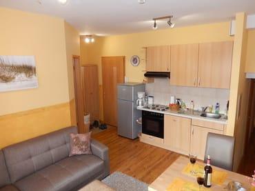 Offene Küche mit großem Kühlschrank 175l, Gefrierfach 40l, Backofen mit vier Kochplatten, Geschirrspülmaschine