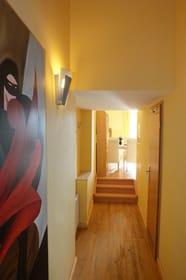 Verbindungsflur vom Wohnbereich zum Bad, Abstellraum und separatem zweiten Schlafzimmer
