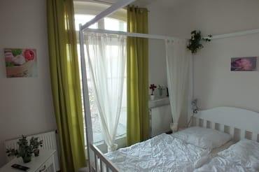 Schlafzimmer mit Himmelbett (180x200), LCD-TV u. Radio-Wecker