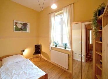 zweites separates Schlafzimmer mit ausziehbarem Tandembett, Kleiderschrank
