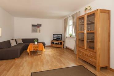 großzügiges Wohnzimmer mit Esstisch und gemütlicher Eckcouch