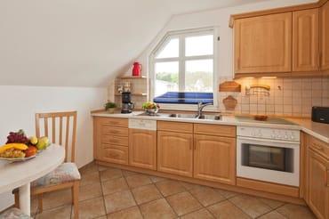 separate, vollausgestattete Küche mit kleinem Esstisch