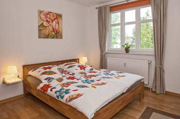 großes Schlafzimmer mit Doppelbett (1,60cm breit)