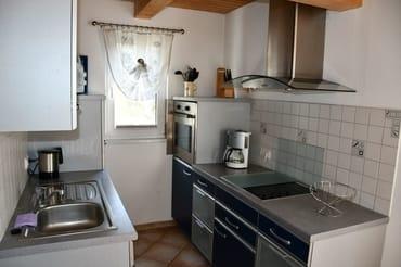 Küche mit Geschirrsp, Ceranfeld, Backofen, Mikrowelle...