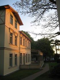 Das Haupthaus im Abendlicht
