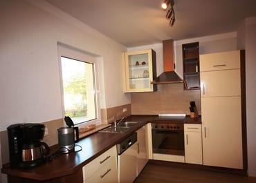offene Küche mit Backofen und Geschirrspüler