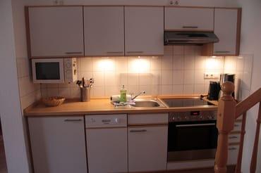 Küche mit Geschirr für 6 Personen, Ceranherd, Backofen, Mikrowelle, Kühlschrank, Geschirrspüler, Kaffeemaschine, Toaster, Wasserkocher