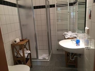 Bad mit WC und Dusche, Fön und Regale für Ablage