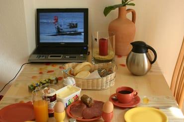 Frühstück mit den Urlaubsfotos
