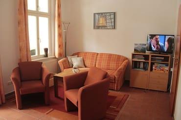 Wohnzimmer, Schlafsofa für 2 Personen, LCD-TV und über 70 Bücher für lange Leseabende und Spiele