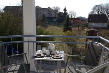 Der Balkon mit  dem gegenüberliegenden Wiesengrundstück, in Südausrichtung.