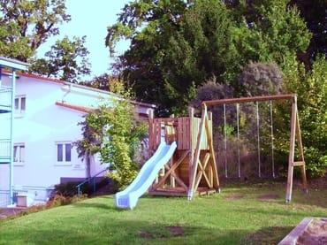 Der zum Haus gehörende Spielplatz mit Sitzgruppe.