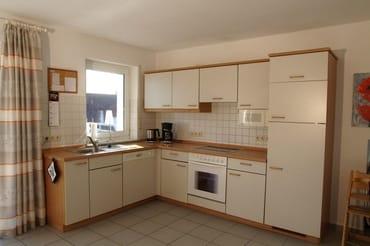 Im Wohnbereich befindet sich die integrierte Küche mit Geschirrspüler, Microwelle, Backofen, Gefrierschrank und sonstiges, auch für aufwendiges Kochen.