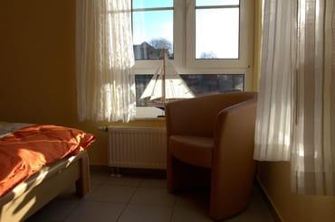 Blick vom Schlafzimmer zu dem gegenüberliegenden Wiesengrundstück.