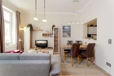 Im Erdgeschoss verfügt das Appartement über ein gemütliches Wohnzimmer, was mit ausreichend Platz und einem Tisch mit Sitzmöglichkeiten für sechs Personen zu geselligen Stunden einlädt.
