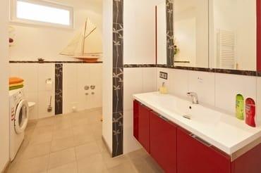 ... sowie über über ein modernes Badzimmer mit Waschmaschine und großzügigem Waschtisch ...