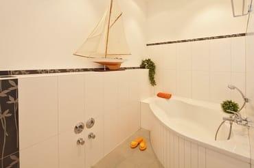 ... sowie einer Eckbadewanne - die zu gemütlichen Stunden einlädt.