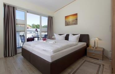Während eines der Schlafzimmer mit einem Doppelbett für zwei Personen zur Nachtruhe einlädt sowie einer Schlafcouch mit Federkernmatratze zur Aufbettung für eine weitere Person ...