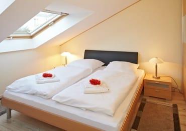 ... wartet im zweiten ein kuschliges Doppelbett auf seine Gäste. Die Schlafcouch im Wohnbereich des Appartements kann ebenfalls für zwei Personen als Schlafstätte umfunktioniert werden.